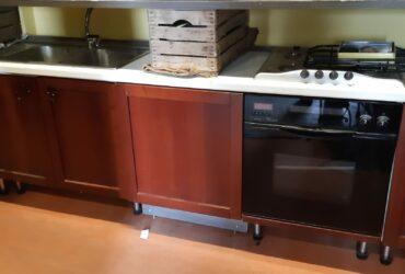 Cucina in legno con elettrodomestici