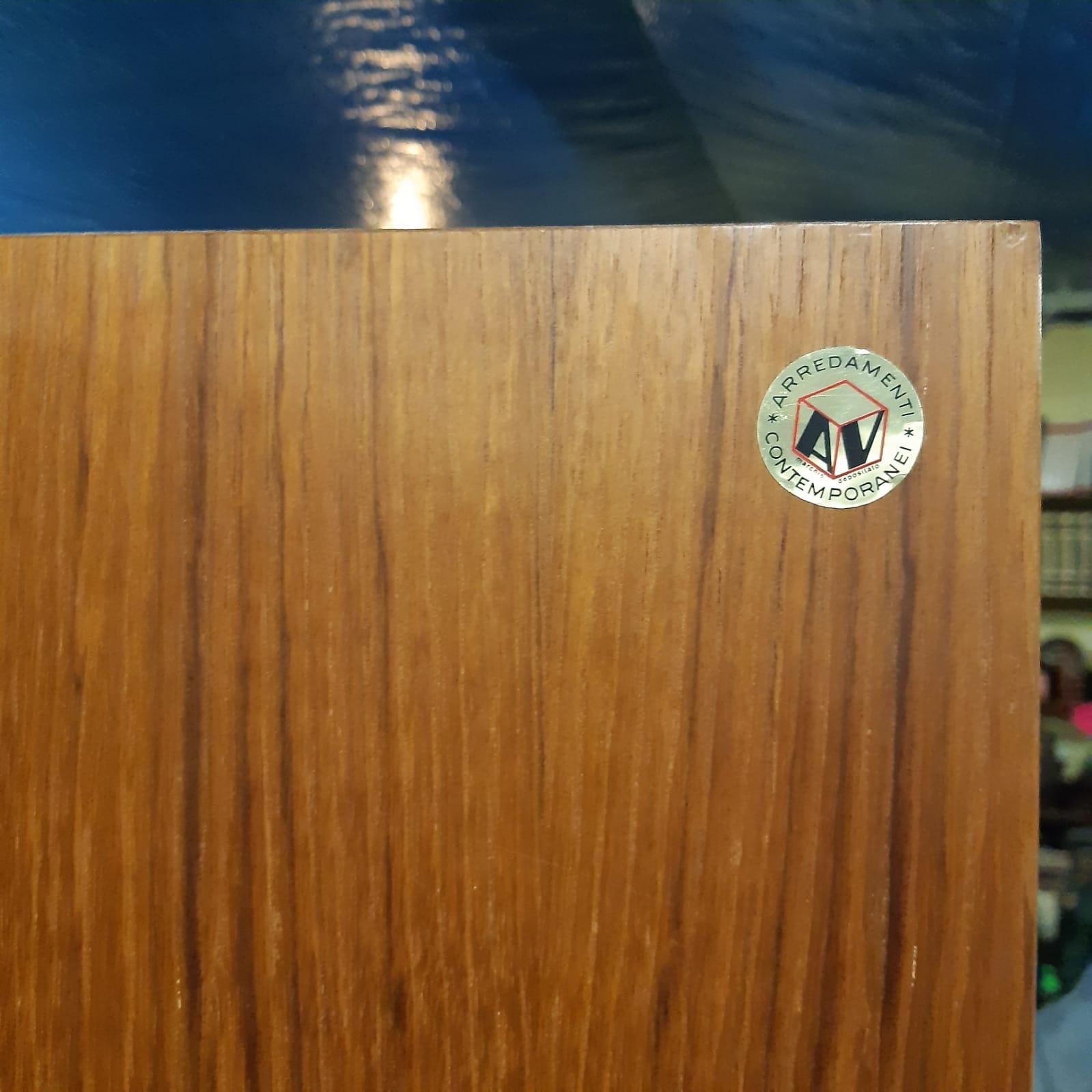 Scaffale in legno con parti metalliche